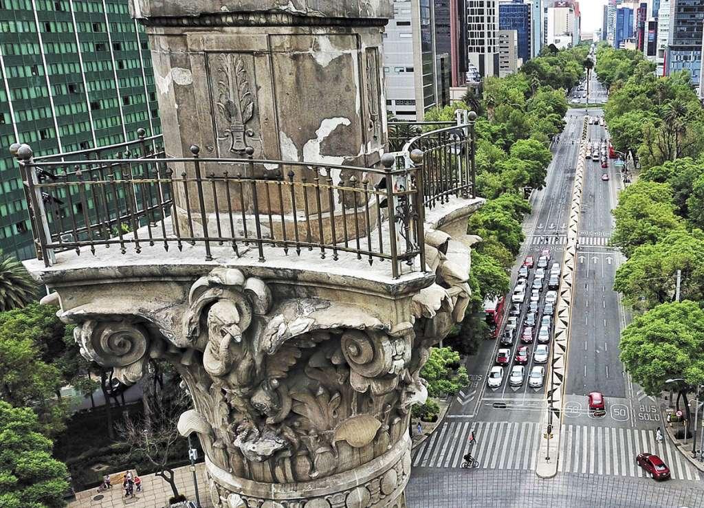 El mirador de la columna y la estructura de sostenimiento tienen desgastes, grietas y aberturas.FOTO: VÍCTOR GAHBLER