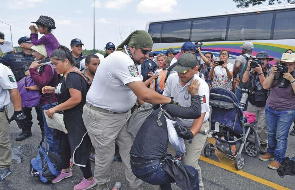 Entre jaloneos y llantos de niños, detuvieron a los indocumentados. FOTO: ESPECIAL