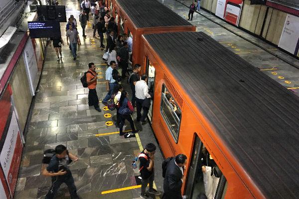 Un policía auxiliar de la Ciudad de México frustró un robo al enfrentar a cinco hombres que intentaban despojar de sus pertenencias a un usuario de Metro. Foto: Cuartoscuro