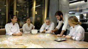 Chefs de GastroLab y Noso en mesa de restaurante
